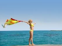 Meisje op een overzees strand Stock Fotografie