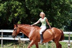 Meisje op een paard Stock Afbeeldingen