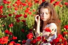 Meisje op een papavergebied Stock Afbeeldingen