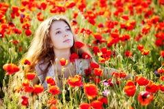 Meisje op een papaverweide Royalty-vrije Stock Foto