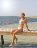 Meisje op een pijler Stock Foto