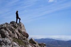 Meisje op een rots Stock Fotografie