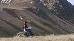 Meisje op een rots met laptop stock footage