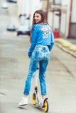 Meisje op een skateboard in de stad Royalty-vrije Stock Foto's
