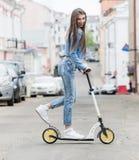 Meisje op een skateboard in de stad Stock Foto's