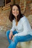 Meisje op een steen Stock Fotografie
