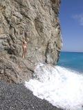 Meisje op een steen dichtbij het overzees Royalty-vrije Stock Fotografie