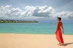 Meisje op een strand Stock Foto's