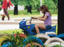 Meisje op een stuk speelgoed politiemotorfiets Stock Foto