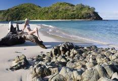 Meisje op een tropisch strand in Fiji - Stille Zuidzee Stock Foto