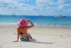 Meisje op een tropisch strand met hoed Royalty-vrije Stock Afbeeldingen