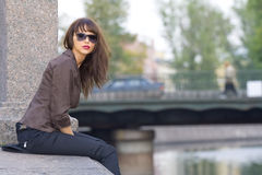Meisje op een verschansing Stock Fotografie