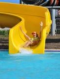 Meisje op een waterslide royalty-vrije stock afbeelding