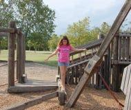 Meisje op evenwichtsbalk Stock Afbeeldingen