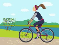 meisje op fiets in de zomertijd stock afbeelding