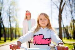 Meisje op fiets in park Royalty-vrije Stock Afbeelding
