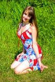 Meisje op gras stock foto