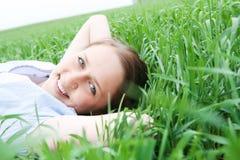 Meisje op gras Royalty-vrije Stock Afbeeldingen
