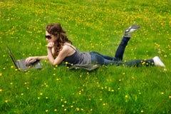 Meisje op gras Stock Fotografie