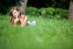Meisje op gras Royalty-vrije Stock Afbeelding