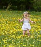 Meisje op gras in bloem. Royalty-vrije Stock Afbeeldingen