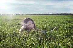 Meisje op groen gebied Stock Fotografie