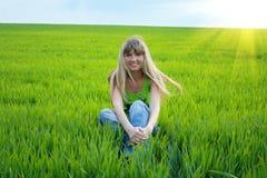 Meisje op groen gebied Royalty-vrije Stock Afbeelding
