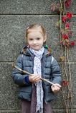 Meisje op haar manier aan school op de herfstdag Royalty-vrije Stock Foto's