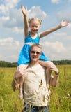 Meisje op haar vadersschouders Royalty-vrije Stock Afbeelding