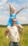 Meisje op haar vadersschouders Royalty-vrije Stock Fotografie
