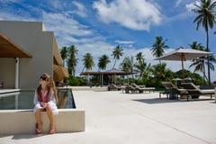 Meisje op haar vakantie bij de toevlucht stock foto