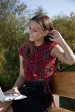 Meisje op het bankwerk met laptop Stock Foto