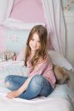 Meisje op het bed Stock Foto's