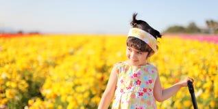 Meisje op het bloemgebied stock foto's