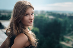 Meisje op het dak Stock Afbeelding