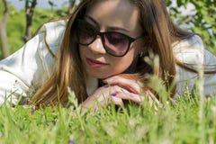 Meisje op het gazon, het jonge vrouwen` s gezicht, het meisje in het gras royalty-vrije stock foto's