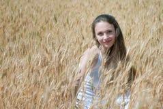 Meisje op het gebied stock foto
