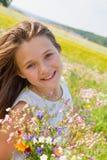 Meisje op het gebied van bloemen stock afbeeldingen