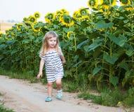 Meisje op het gebied van zonnebloemen Royalty-vrije Stock Foto's