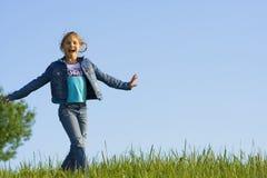 Meisje op het gras Stock Afbeeldingen