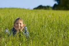 Meisje op het gras Stock Foto's