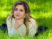 Meisje op het gras Stock Afbeelding