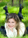 Meisje op het gras Royalty-vrije Stock Foto's