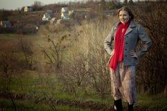 Meisje op het landelijke landschap Stock Fotografie