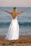Meisje op het overzeese strand Stock Afbeeldingen