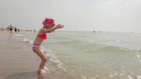 Meisje op het strand stock footage