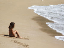 Meisje op het strand in Brazilië Stock Afbeelding