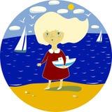 Meisje op het strand, in de handen van een stuk speelgoed boot Stock Foto