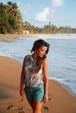 Meisje op het strand dichtbij de oceaan Royalty-vrije Stock Afbeeldingen
