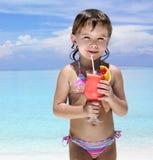 Meisje op het strand met cocktail royalty-vrije stock foto